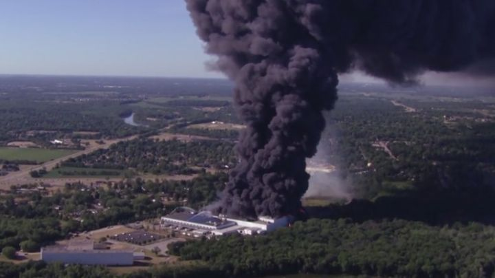 VIDEO: Fuerte incendio en empresa de lubricantes termina en grave explosión en Illinois