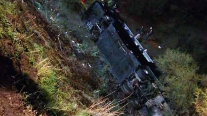 Tragedia en Jalostotitlán: Autobús de pasajeros cae a barranco y deja 40 heridos; chofer queda prensado