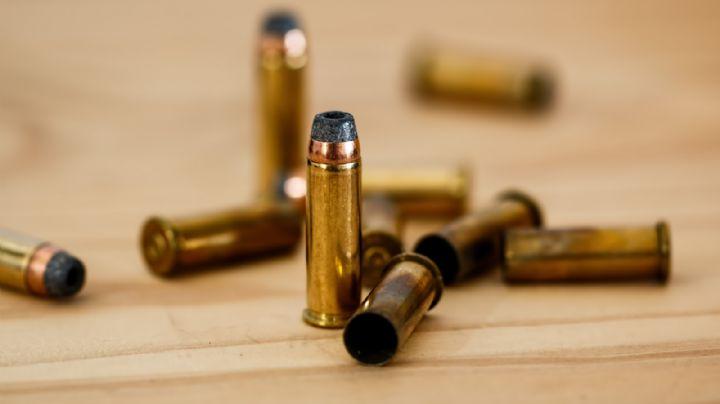 De terror: Frente a sus amigos, grupo armado acribilla a hombre; muere tirado en la calle