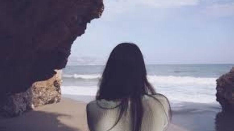 Se desata el pánico: Mujer resbala de acantilado, cae sobre rocas y muere frente a personas