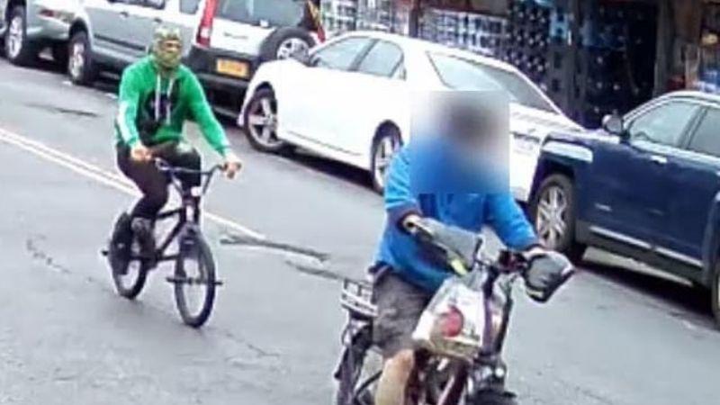 VIDEO: Encapuchado apuñala por la espalda a un repartidor de comida asiático