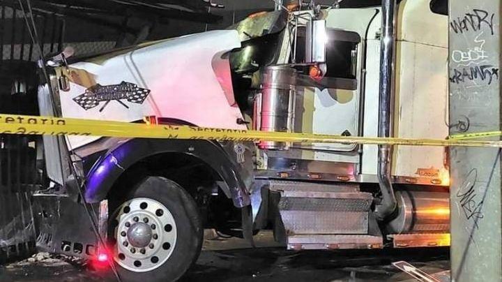 Jalisco: Mientras conducía, sicario le dispara en la cabeza a trailero; se estrelló en una casa