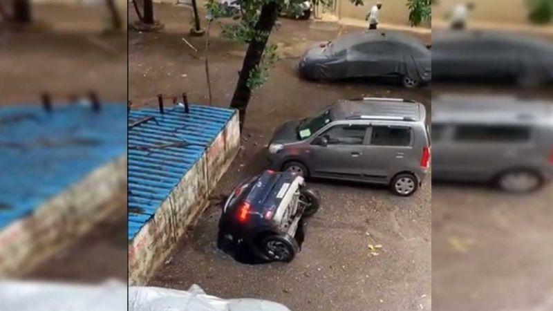 (VIDEO) Impresionante socavón en la India se 'traga' un auto en un estacionamiento