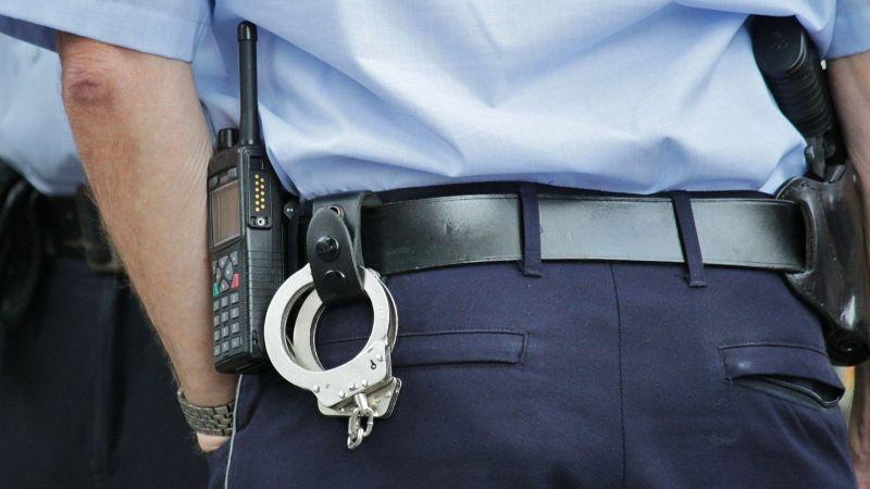 De terror: Un policía abusa sexualmente de una estudiante de secundaria en plena vía pública