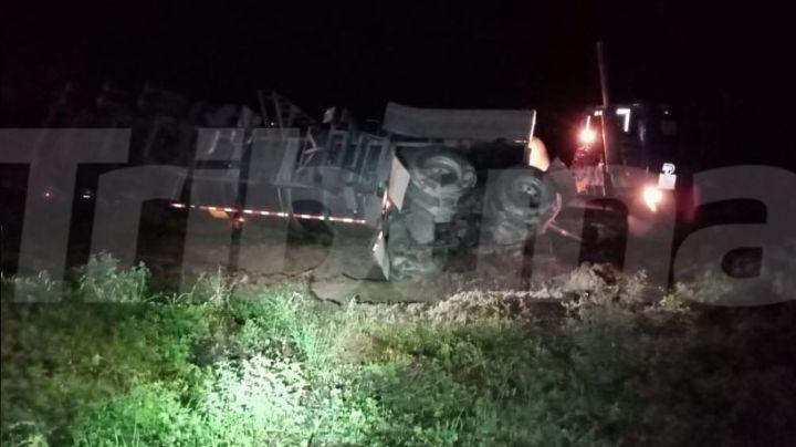 Pesada unidad vuelca sobre carretera y termina por incendiarse en carretera Hermosillo-Obregón
