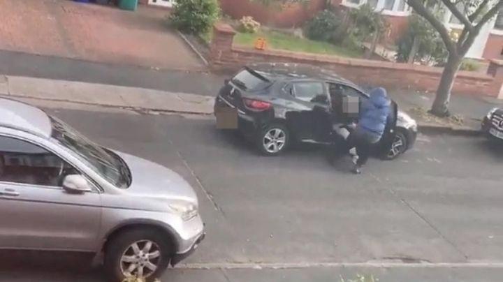 """""""¡Mi hijo, mi hijo!"""": Madre grita para salvar a su bebé; la asaltan con cuchillos frente al menor"""