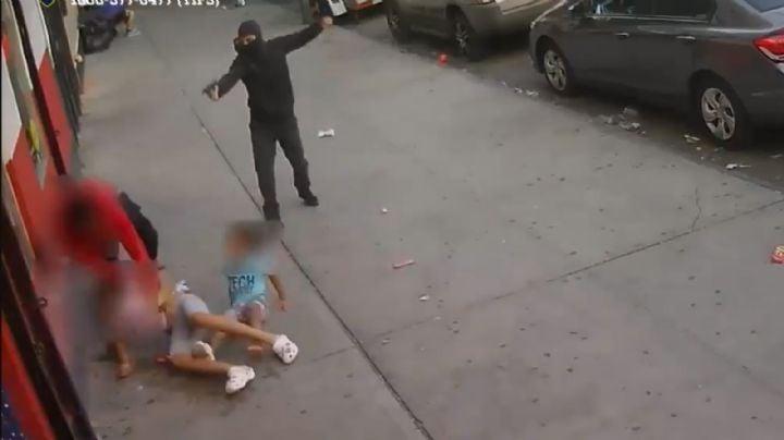 VIDEO: Encapuchado dispara contra un joven que usa a una mujer y a una niña como escudo