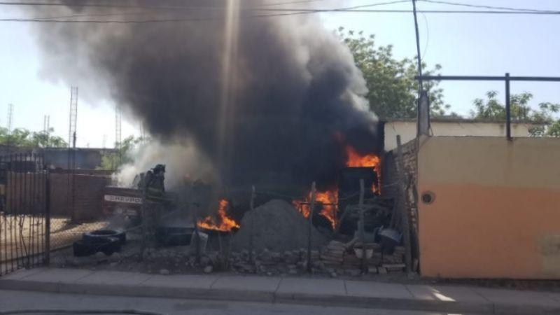 Peligroso incendio en una llantera al oriente de Navojoa atemoriza a vecinos
