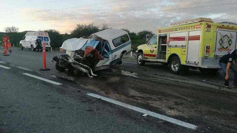 Fatal accidente: Tras perder el control, camioneta choca con tráiler; registran 3 muertos