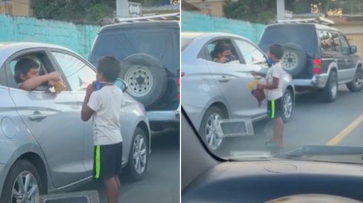 VIDEO: ¡Tierno regalo! Niño obsequia juguetes a menor que trabaja en la calle