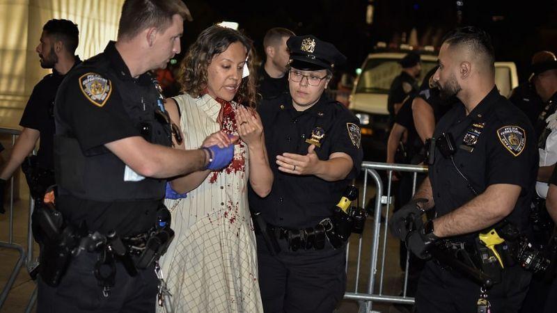 Caos en NY: Multitud le pasa por encima a una mujer cuando escapaban de un hombre armado