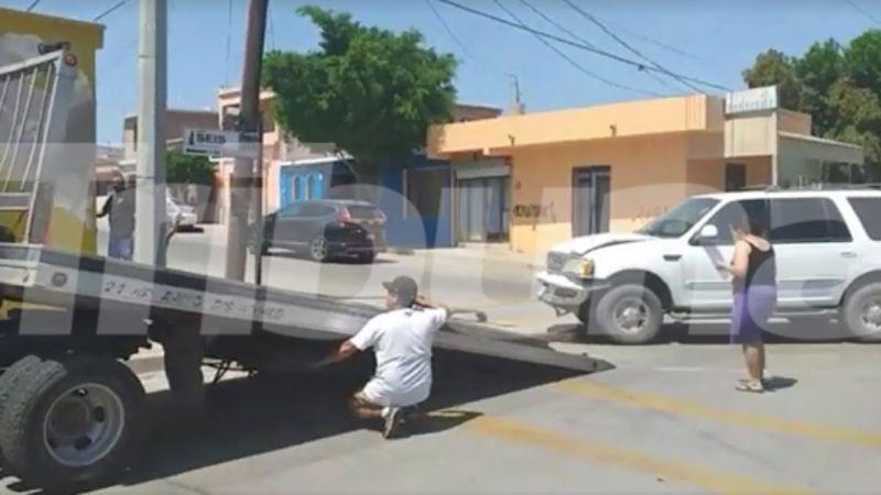 De camino a su casa, mujer protagoniza aparatoso choque en Guaymas; se impactó contra poste