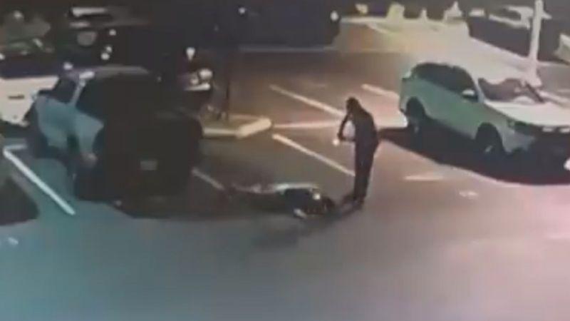 VIDEO: Captan momento en el que un alguacil patea en la cara a un sospechoso rendido