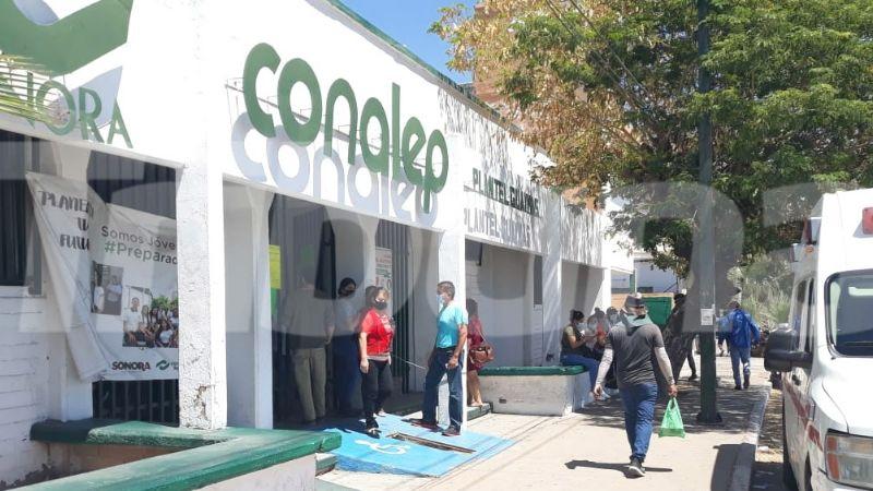 Adultos están en espera de la próxima vacunación contra Covid-19 en Guaymas