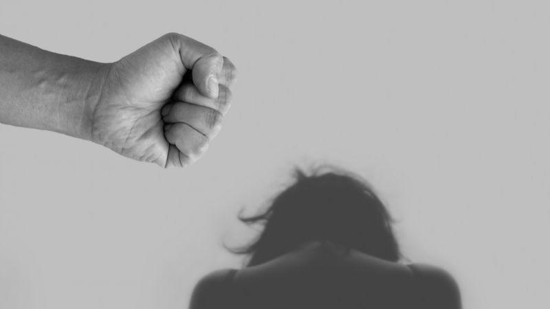 Un hombre golpea a su esposa, viola a una de sus hijas y vende a la otra con fines sexuales