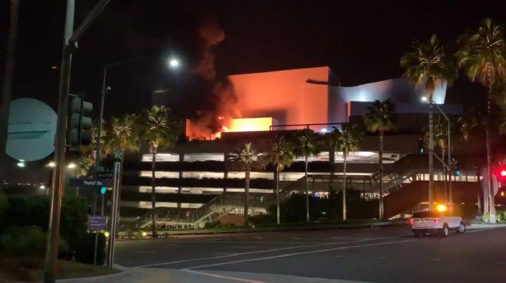 VIDEO: Humo negro envuelve el Universal Studios Hollywood; se incendió en la madrugada