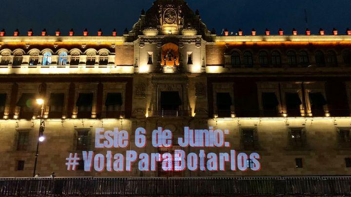 Grupos feministas proyectan mensaje contra AMLO en la fachada del Palacio Nacional