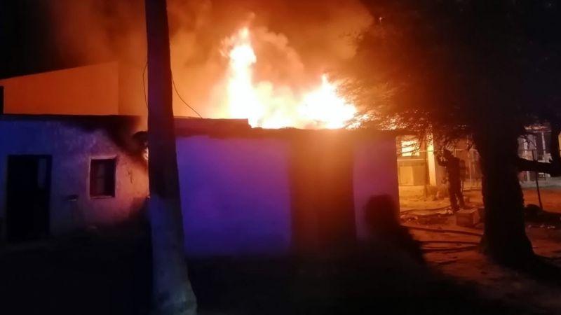 Oficial rescata a hombre dentro de casa en llamas en Sonora; sufrió quemaduras graves