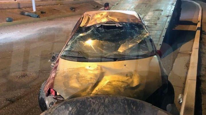 Automóvil se estrella contra camellón y vuelca en Guaymas; tripulantes huyen del lugar