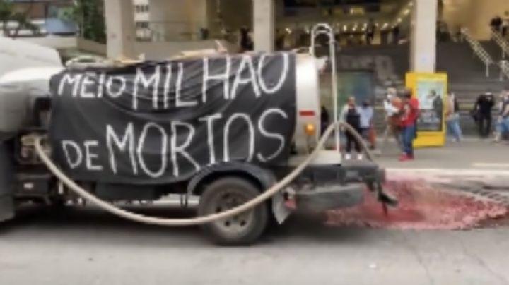 "VIDEO: Derraman ""sangre"" por calles de Brasil como protesta por las 500 mil muertes de Covid-19"