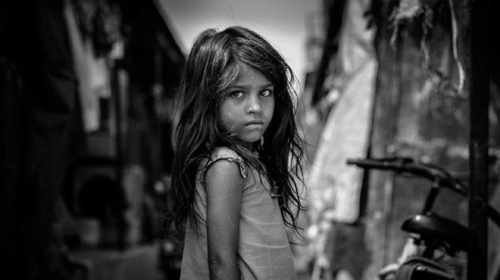 Una niña sería sacrificada en un campo por un sacerdote; su abuela escucha sus gritos