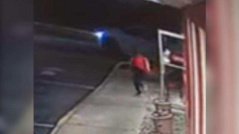 Mesera es raptada, golpeada y tirada en la carretera por clientes que se fueron sin pagar
