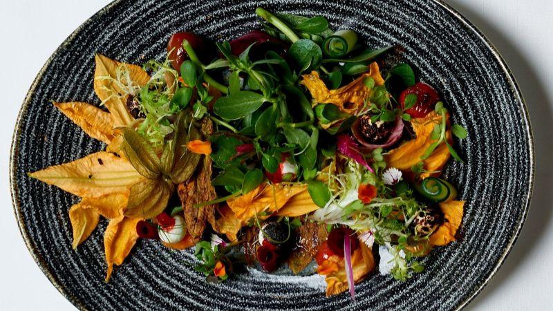 ¿No sabes qué cenar? Esta ensalada de flores de calabaza con pollo es una gran opción