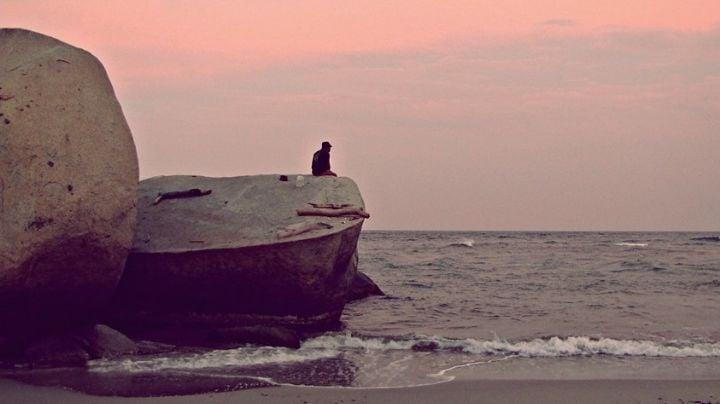 Fatal muerte: Esposa e hijo ven morir a hombre en el mar; se pegó en la cabeza con una roca