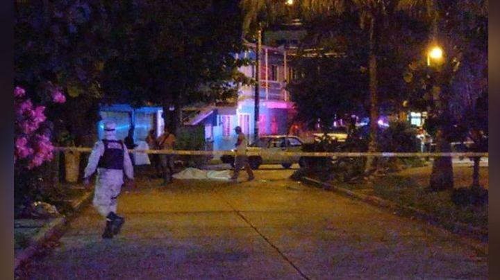 Hombre que caminaba por la banqueta es asesinado a balazos por motosicarios