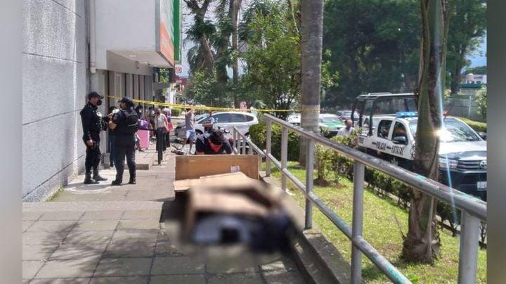 Al exterior de un hospital, un hombre muere al desangrarse por causas extrañas