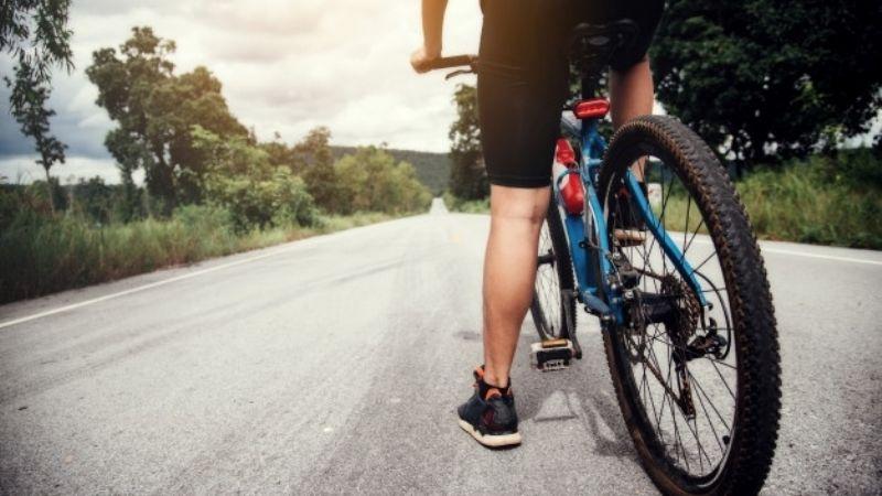 ¡Salió volando! Ciclista se estrella contra puesto de chicharrones al hacer peligroso truco