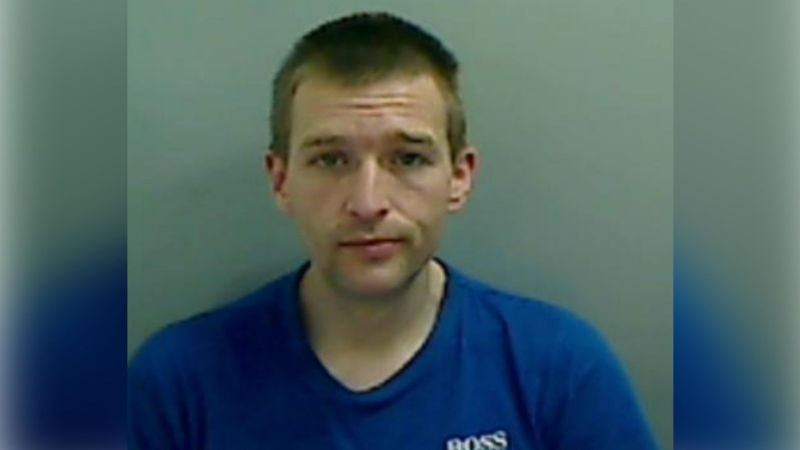 Peligroso sujeto le corta el cuello a un oficial de la Policía que pretendía arrestarlo