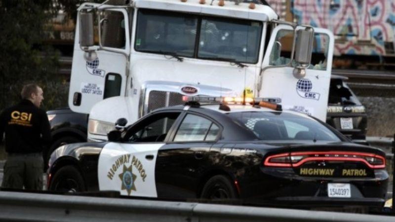 Persecución policial termina en tiroteo en California; hay una persona fallecida