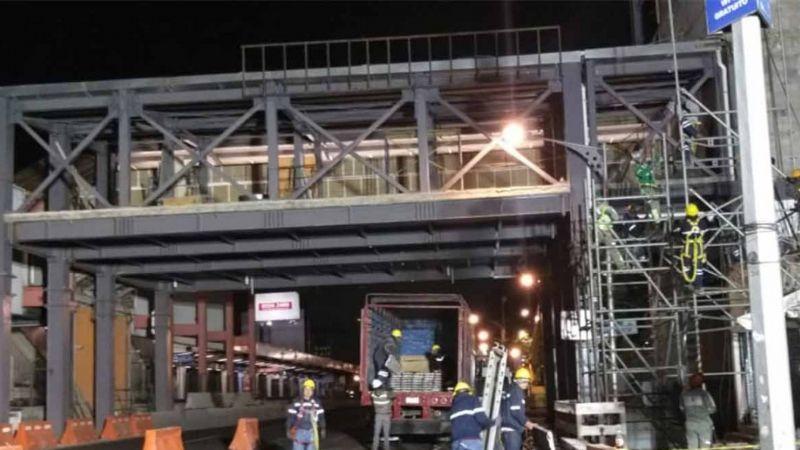 Otra vez el Metro de la CDMX: Cae estructura de paso peatonal sobre varios autos