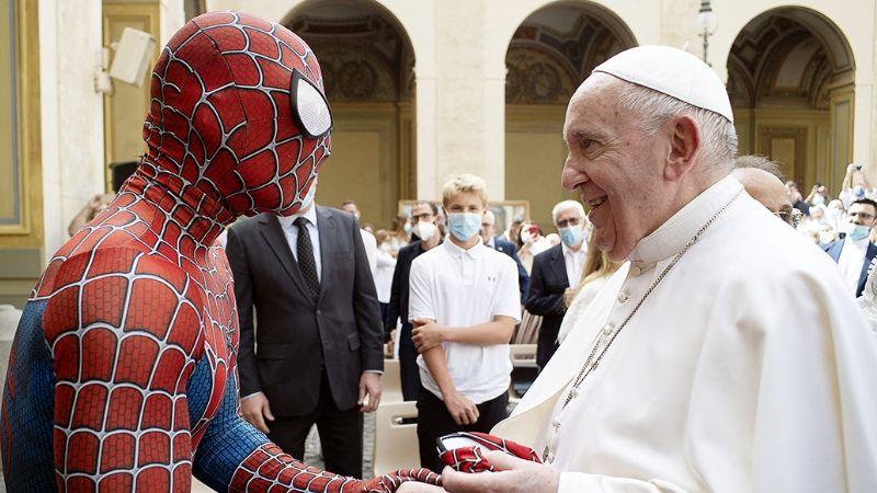 El crossover que nadie esperaba: Spiderman saluda al Papa Francisco en el Vaticano