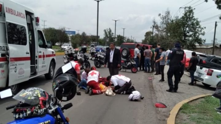 (VIDEO) ¡Escalofriante! Mujer motociclista fue brutalmente embestida por una camioneta