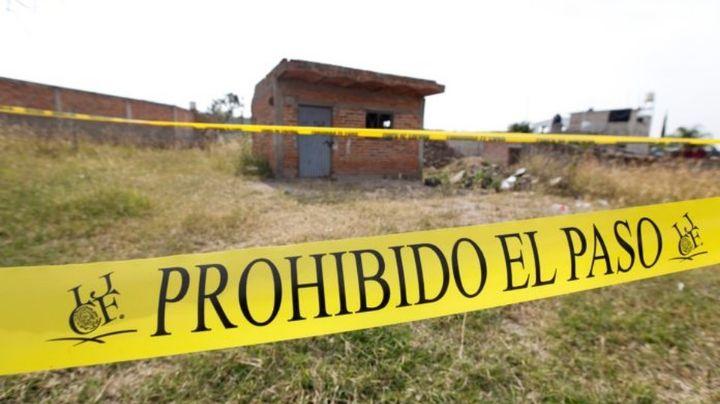 Fosa clandestina en Jalisco: Hallan 17 bolsas con restos humanos; un perro llevaba un hueso