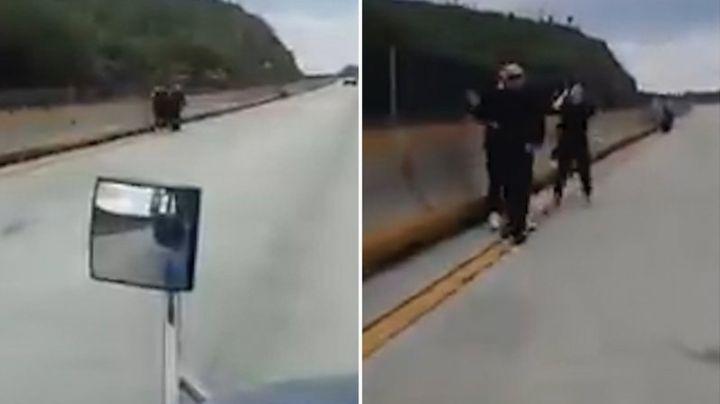 VIDEO: Sujetos armados roban camioneta a familia en carretera de Nuevo León