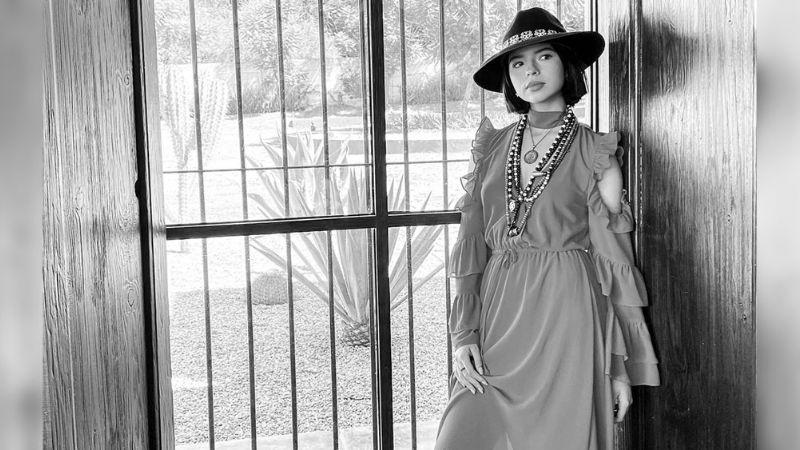 ¡Increíble! Ángela Aguilar deja en shock al posar en bata de seda para FOTO de Instagram