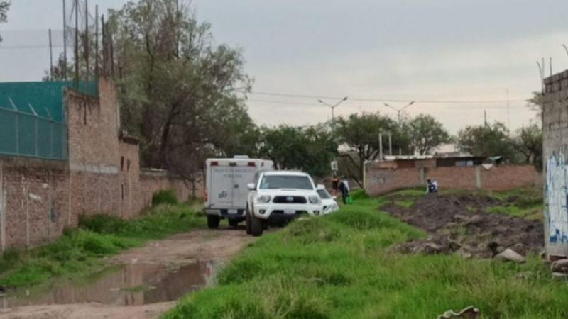 Vecinos hallan un cadáver en un camino de terracería; estaba envuelto en cobijas