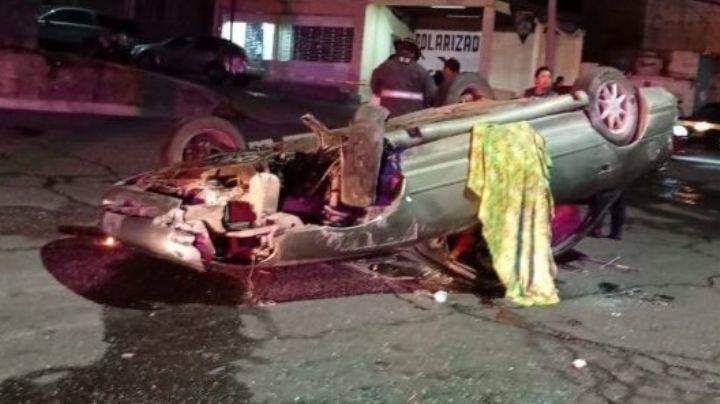 Auto termina con las llantas arriba: Muere 1 hombre y 2 mujeres sufren graves heridas