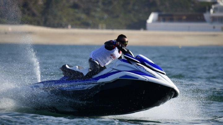 Ebrio golpea a una niña de 8 años mientras conducía una moto acuática en la playa
