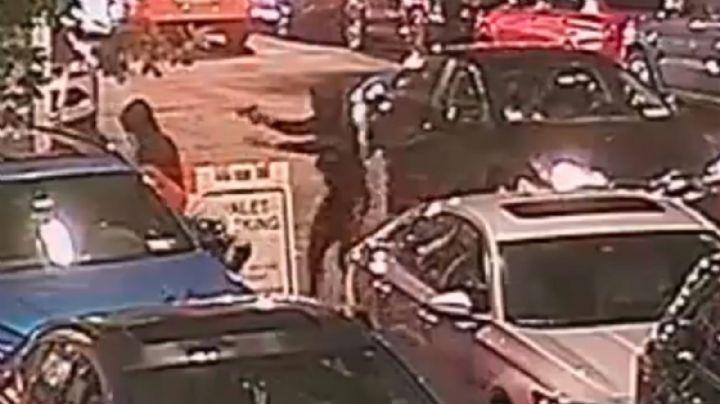VIDEO: Cuatro sujetos atacan a balazos a un joven para robarle un reloj en plena calle
