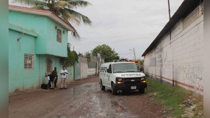 Autoridades encuentran el cuerpo de un hombre con múltiples puñaladas; estaba tendido en un charco
