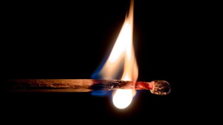 Un hombre le prende fuego a su esposa; le dice a sus suegros que el Covid-19 la mató