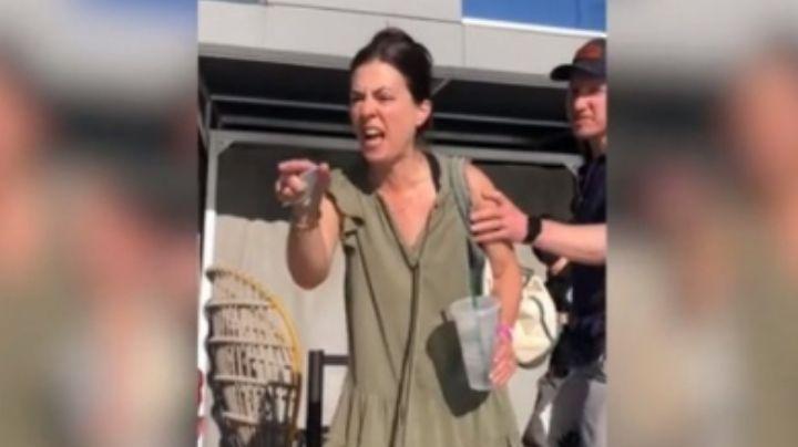 """VIDEO: Mujeres enfurecen con pareja LGBT y les piden respeto porque """"hay niños presentes"""""""
