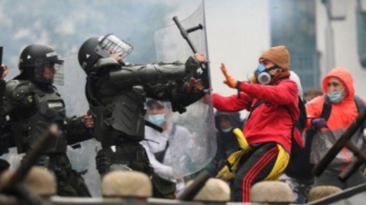 Separan de sus cargos a 3 policías por violentar a 2 periodistas en Bogotá