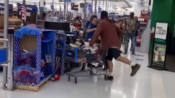 VIDEO: Empleado de Walmart noquea a un agresivo cliente que lo golpeó y escupió