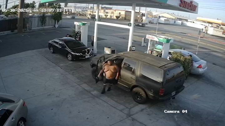 VIDEO: Hombre sin camisa ataca sin piedad a una joven madre en una gasolinera