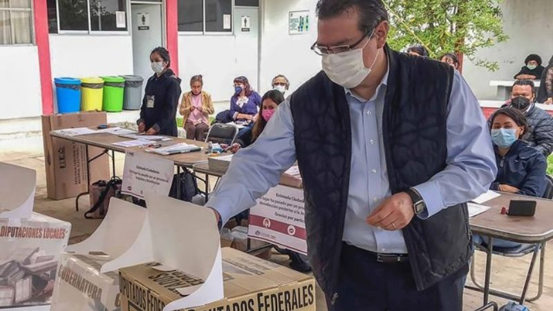 Tras emitir su voto, Marco Antonio Mena pide denunciar delitos electorales en Tlaxcala